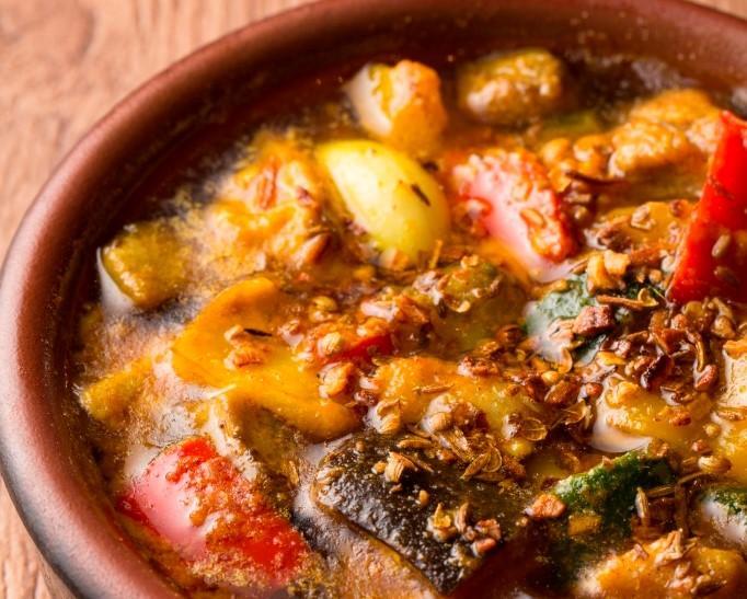 スパイス香る国産鶏と彩り野菜のアヒージョ