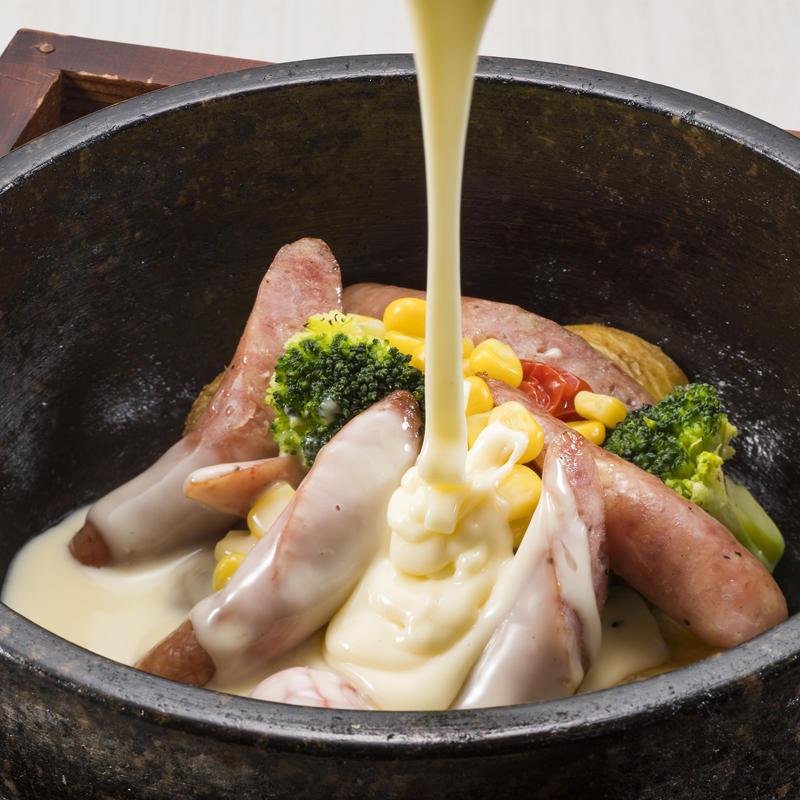 ソーセージと野菜の石焼とろ~りチーズがけ
