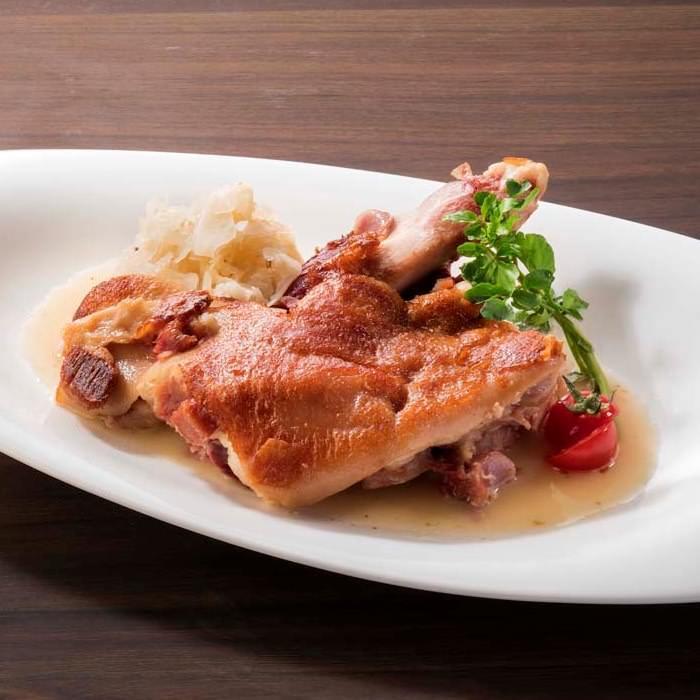 ドイツの伝統料理。焼きアイスバイン(豚すね肉の柔らか煮)