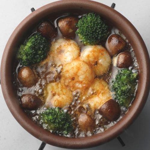 海老とブラウンマッシュルームのアヒージョ