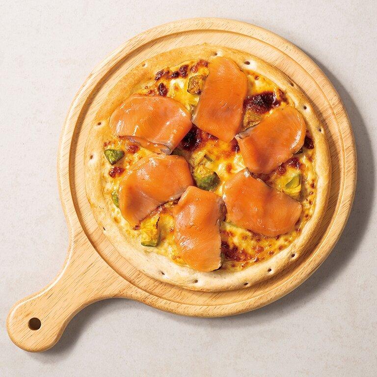 スモークサーモンとアボカドのピザ